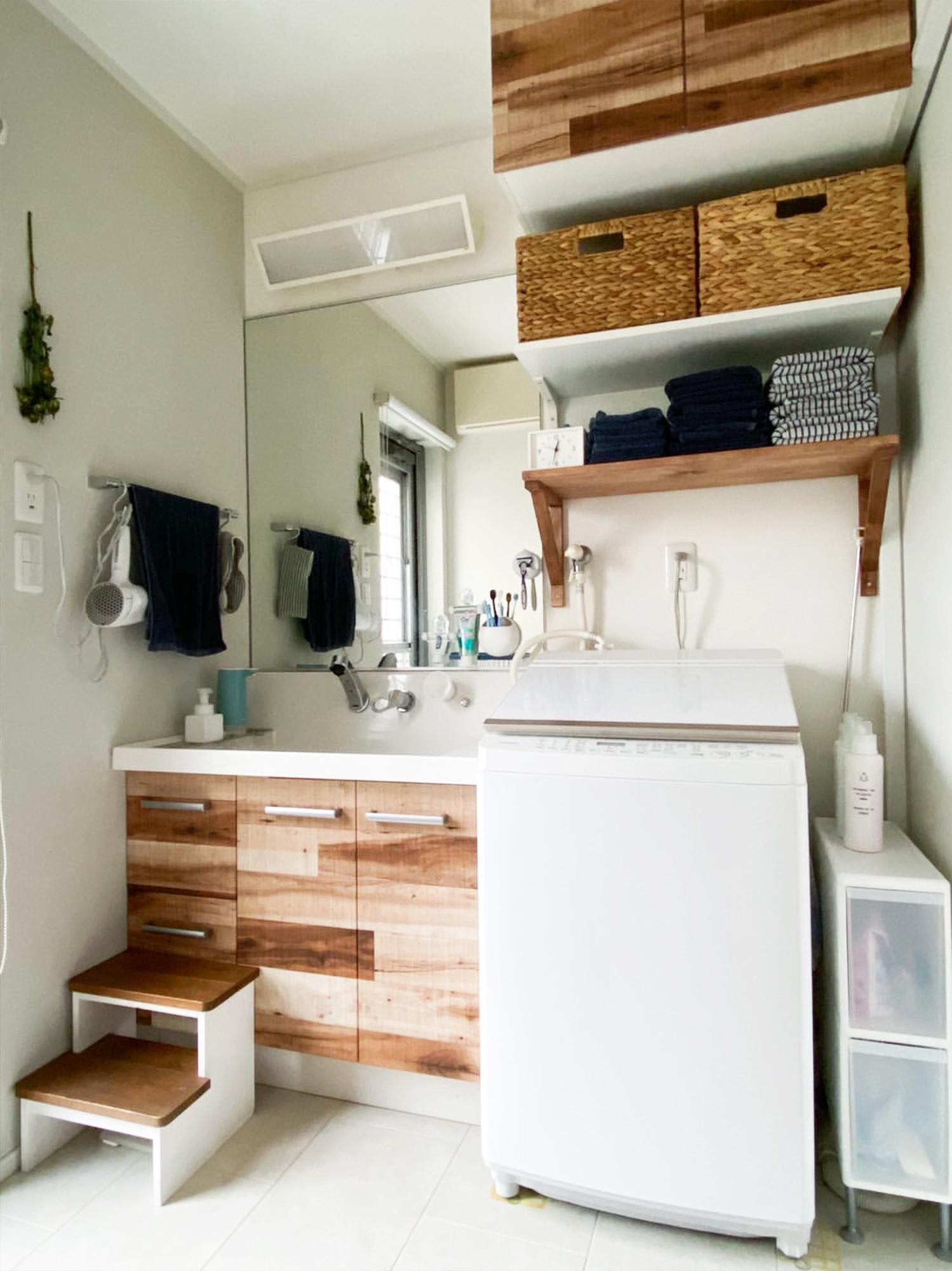 洗面台は木目調をアクセントにDIY。