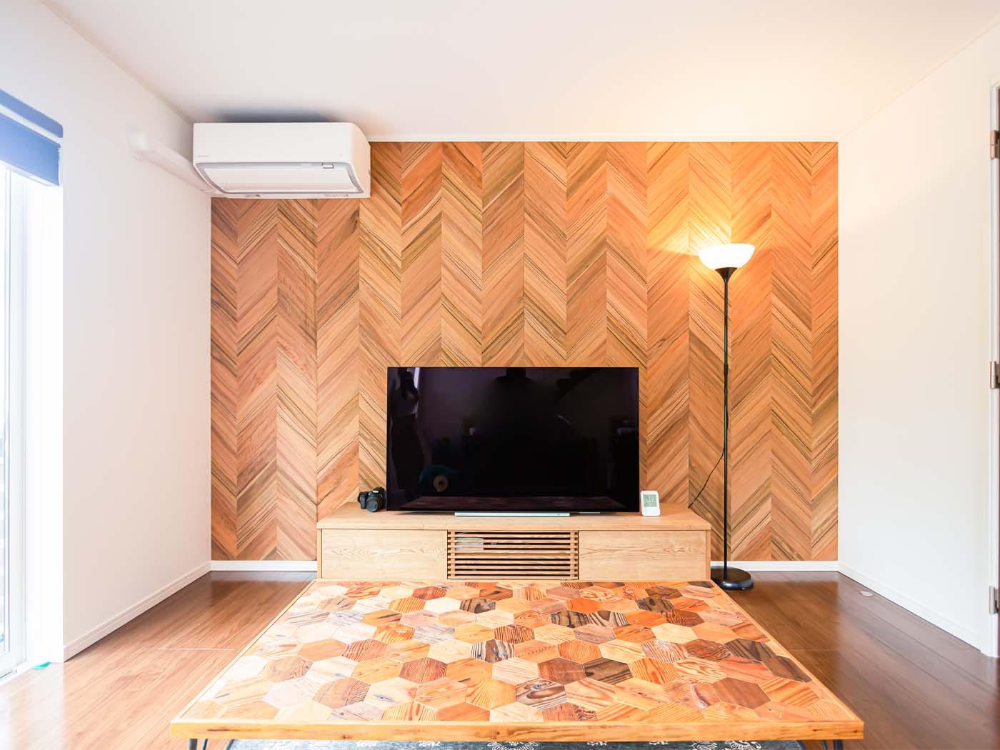 こちらも1点もののテレビ台。手前のローテーブルは、天板を譲ってもらい脚をとりつけたもの。