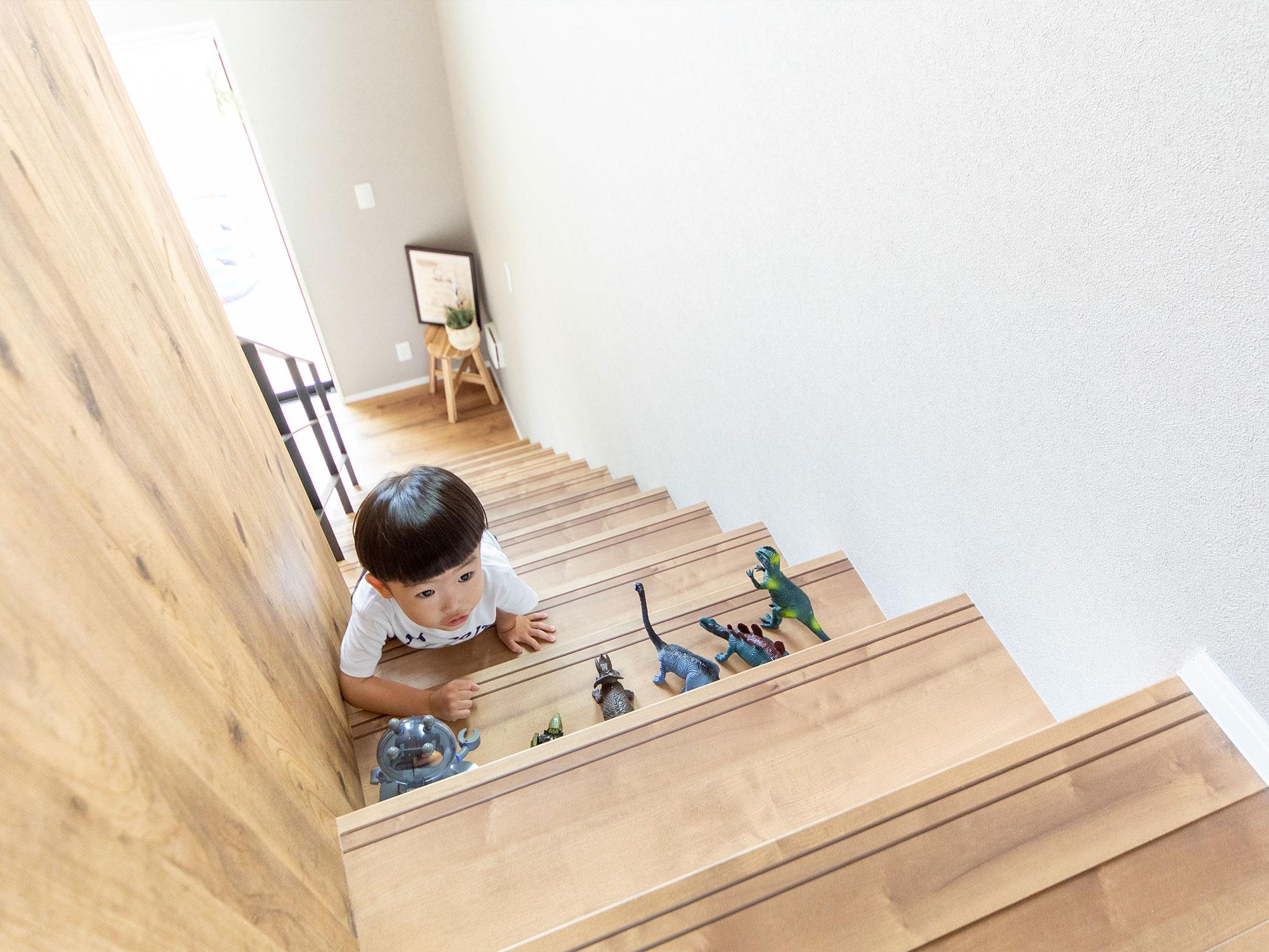 階段も遊び場に。