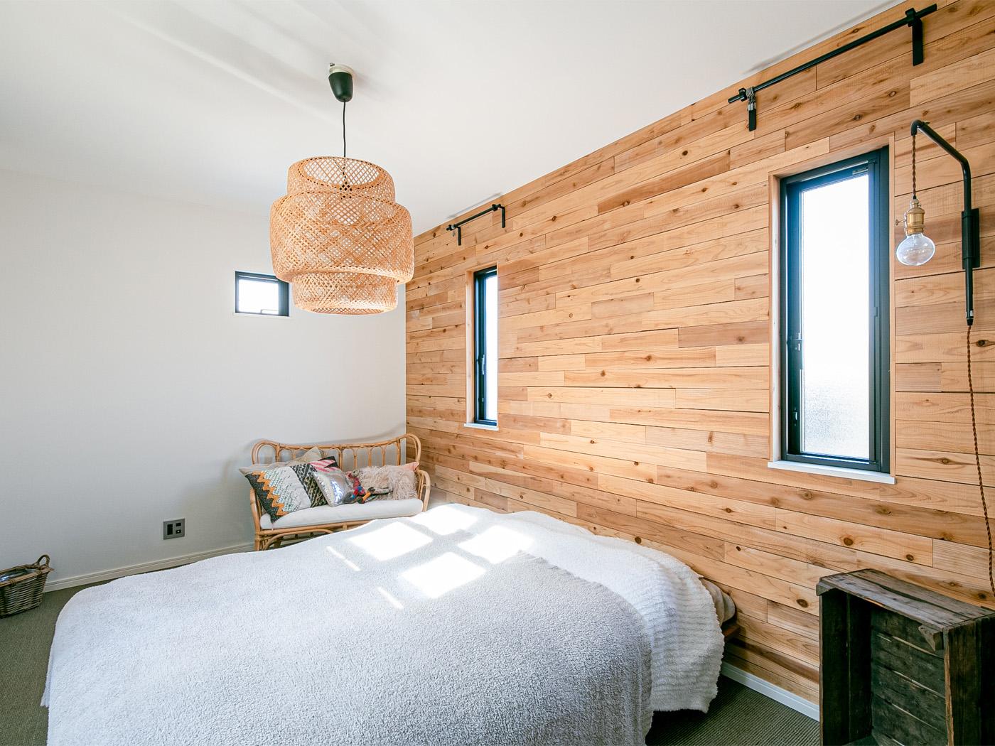 主寝室は壁紙ではなく板壁にアレンジ。