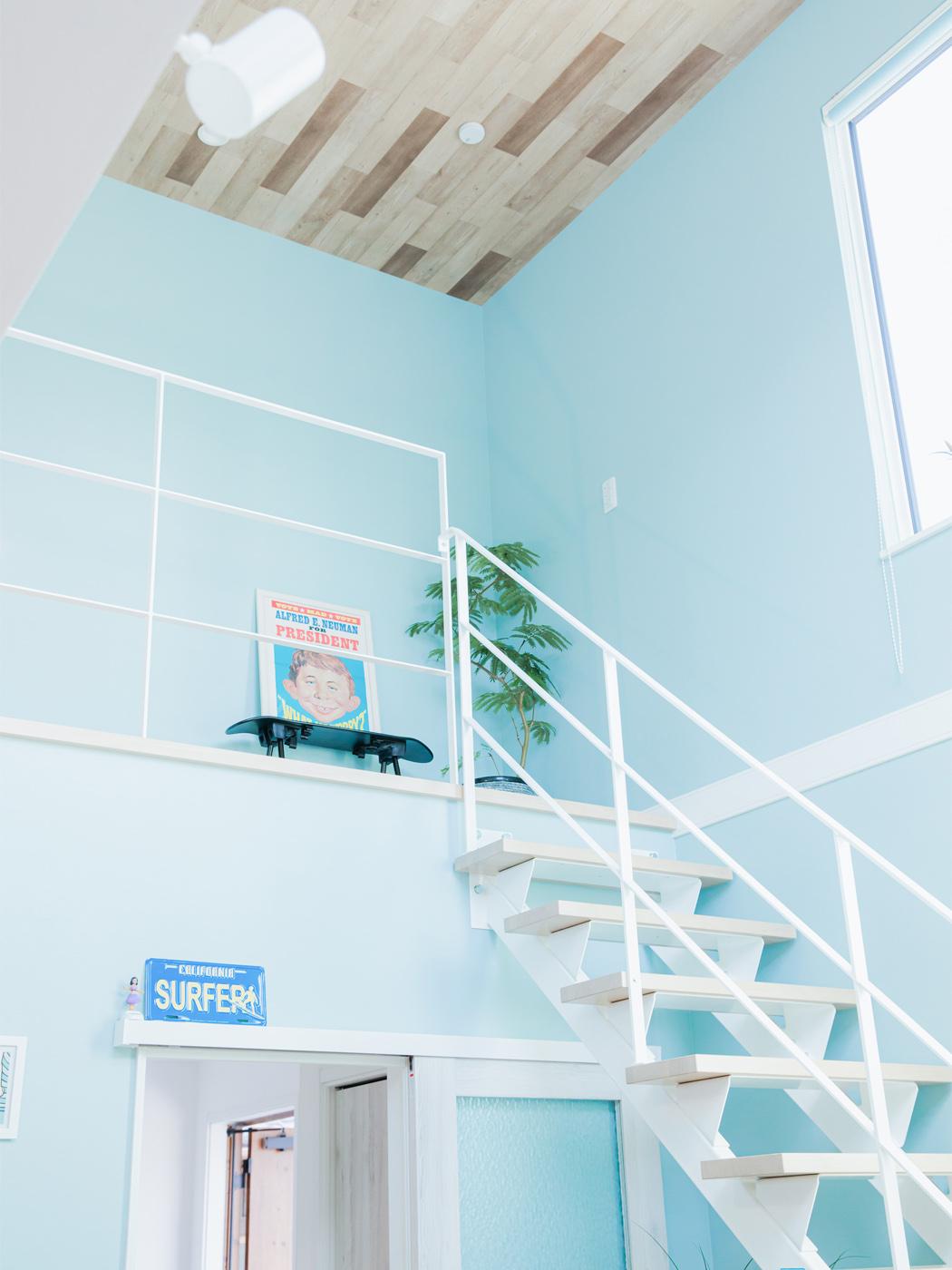 2階の壁紙も水色で統一。