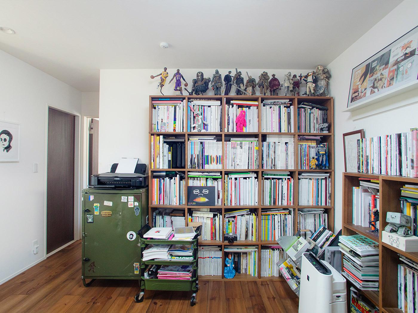 本棚にはぎっしりと詰まった資料