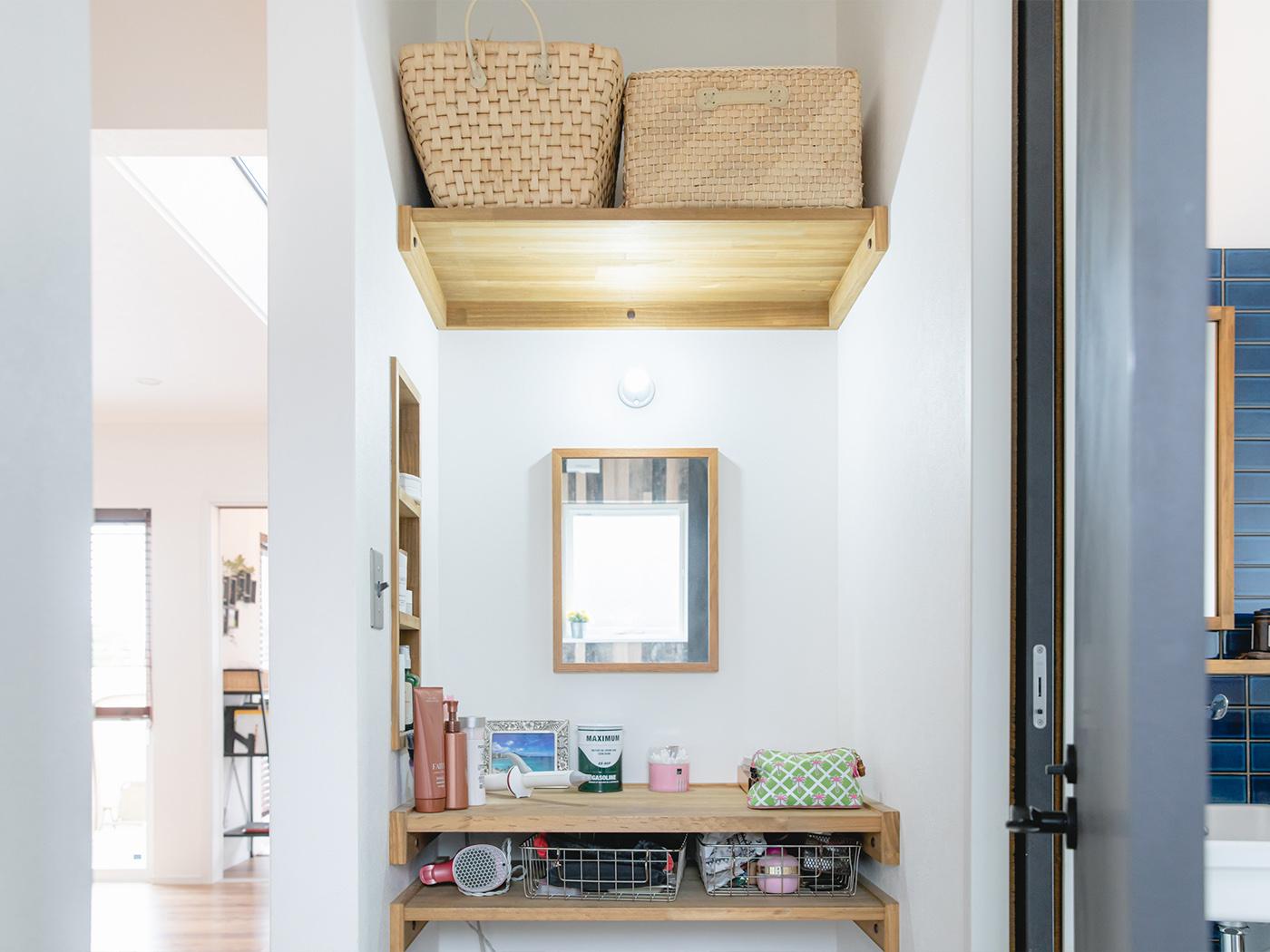 洗面所の隣には、奥さまのためのメイクスペースを確保。