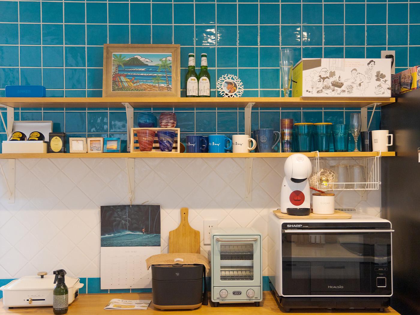 キッチンの壁には宮古島の海を意識したブルーのタイル。