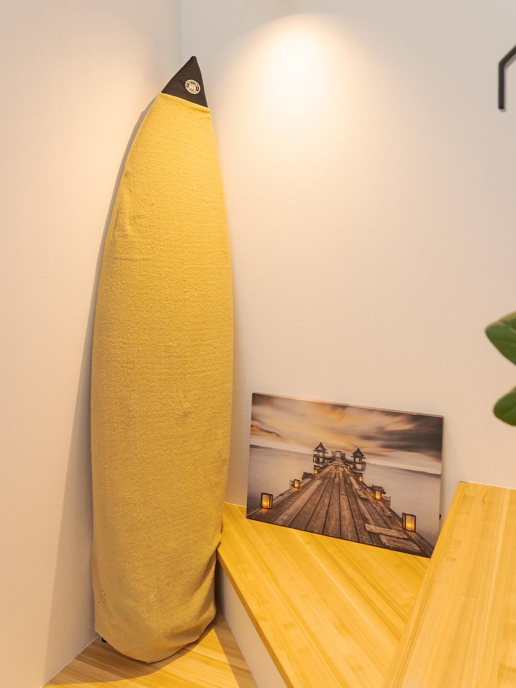 サーフボードは室内のインテリアとしても。