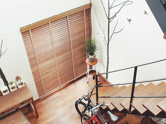 鉄骨階段のブラックと、床材・家具の色合いがマッチ
