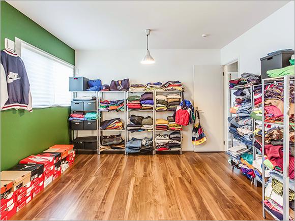 将来子ども部屋にする予定の部屋にも今は古着屋さんのように服がいっぱい。