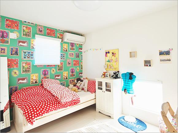 娘さんのお部屋は、色々なアートが書かれた壁紙と小物で思い切りカラフルに。