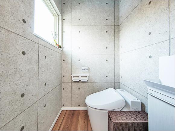 キッチンの幅を狭めて実現した、広々としたトイレ空間。