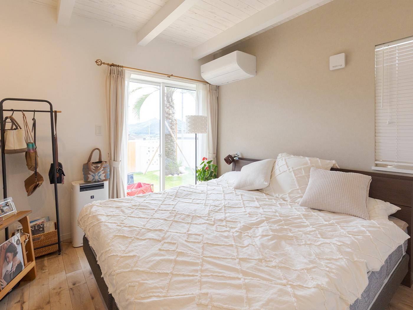 寝室も白を基調に統一。