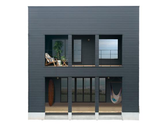 グッドデザイン賞受賞の「ZERO-CUBE」に、カリフォルニア工務店が海やサーフテイスト、アウトドアライフのエッセンスを加えた「ZERO-CUBE MARIBU」。広々とした開放的な間取りを活かしながら、外壁や内装の随所にカリフォルニアテイストを取り入れた、こだわりの住宅。
