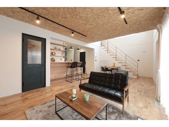 """""""外はアメリカンな外観、中はオシャレ好きのための木の空間""""  間取りはZERO-CUBEの基本形をベースに、 より生活しやすいようにカスタマイズ。 細かいところまで楽しみながらこだわりぬいた H-PLANオリジナルゼロキューブを体感して頂けます。  さらに建売としての販売も開始しましたので、 普通の建売住宅はちょっとな・・・ でも注文住宅は高いから手が出ない・・・  と思われている駒寄小学校エリアでお探しの方にオススメです。   ※新型コロナウィルスの影響で、1枠1組様のご案内になります。 ※完全予約制です。 ※予約は前日までにお願い致します。 ※建築地が弊社施工可能エリアの方限定となります。  ※写真はイメージです。"""