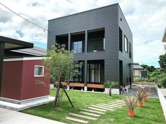 """「ゼロキューブ・マリブ」モデルハウス(限定一棟)をお得な特典付きで販売中です!  *モデルハウスとして建築した為、オプションとなる設備や仕様、ソファやダイニング等の家具、おしゃれな照明などが設置済みの特別仕様です。 新築でMALIBUをお建てになるよりもぐっとお得に、""""全部入り""""のMALIBUをお求めいただけます。 *上記特典以外にも、「special benefits」をご用意致しておりますので、詳細に付きましては、ご来場時にお尋ねください。  毎週土・日・祭日に販売内覧会を開催中です。 (もちろん、これから土地を購入して新築を希望するお客様の見学も大歓迎です。)  完全予約制での開催となりますので、見学をご希望のお客様は、遅くとも見学希望日の前日までご予約願います。 各時間枠、1組様ずつのご案内とさせていただきます。 ご予約は、庄内・最上地域内での建築予定者様に限らせて頂きますことをご了承下さい。  *注意点*  ①コロナ感染予防のため、ご来場の皆様にはマスク着用でのご参加をお願い致します。 ②見学希望日の前日までに、WEBまたはお電話にてご予約下さい。  ③予約無しでの見学はできませんのでご了承願います。 ④他メーカーで現在工事中または建築済の方の見学はご遠慮願います。 ⑤平日の見学希望のお客様に付きましては、別途お電話にてお問い合わせ下さい。 ⑥庄内・最上地域以外での建築予定のお客様に付きましては、別途お電話にてご相談下さい。"""