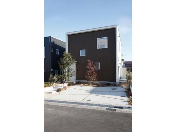 高萩市にZERO-CUBEシリーズの新鋭 SIMPLE STYLEが登場! 余計なものはいらない、だけど暮らしは上質でありたい、さまざまな夢も実現したい。 そんなマイホームの原点に立ち返った、新しい家づくりのご提案です。 900万円からの究極のオールインワン住宅。 価格を超える満足感。 その建物を是非ご覧ください