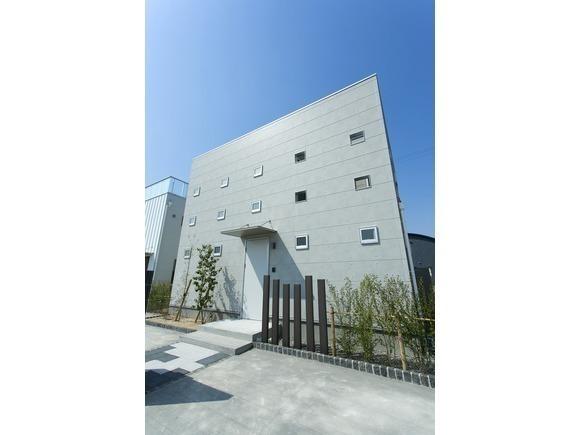 キューブ形の建物のまん中に庭をレイアウトし、家の中にいながらにして青空と星空を眺めることのできる「ZERO-CUBE KAI CUSTOM」。 この完全プライベート庭付き住宅の期間限定モデルハウスの完成見学会を長崎市豊洋台1丁目にて開催します! 今回はご予約なしでも見学可能です。お気軽に会場へお越しください! みなさまのご来場を心よりお待ちしております。