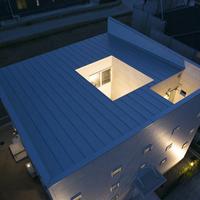 """ZERO-CUBE 回KAIは、キューブ型の建物のまん中に光庭をレイアウトしたコートハウス。住まいの中心にオープンエアの空間を設けることにより、高いデザイン性と降り注ぐ陽光という二つの快適品質を実現しました。 光庭を介して、すべての部屋に光や風がダイレクトに訪れる空間設計。あふれる開放感。いつも家族の気配を感じていられる間取り。フレキシブルな回遊動線。 そこから生まれる新鮮な発見に満ちたライフスタイルは、きっとあなたの想像を超えるに違いありません。  ■■ 天空から光ふりそそぐ、坪庭のある家。 ■■  家の真ん中に坪庭を持つZERO-CUBE 回KAI。 外は閉じて、内に開くというこの発想が、これからの暮らしに、まったく新しい輝きを生み出します。  外から見ると小さな窓がお洒落な外観、 中に入ると光や風に満ち足り、坪庭の緑まで楽しめる伸びやかな空間が出現します。  しかもコストパフォーマンスに優れた空間設計であり、坪庭スペース以外は自分流にアレンジできる""""楽しさ""""も提案。 心身ともにまどろむような豊かなクオリティでご家族をおもてなしします。  ■■ 住まいのまん中から光を取り込む新発想 ■■  伝統的に自然を愛でる日本人にとって、光や風を積極的に取り込むことが快適な暮らしの条件。 しかしながら、土地の形状や狭さ、近隣住宅との見合いなどさまざまな問題に直面し、充分な採光や通風が得られないのが現状です。 私たちは、心地良さを五感で感じる理想の住まいづくりを追求し、住まいの中心に坪庭という「自然」を設ける空間デザインを提案します。  【注意】  住宅相談会をご希望の方は事前ご予約が必要となります。  水木は定休日となっております。あらかじめご了承ください。"""