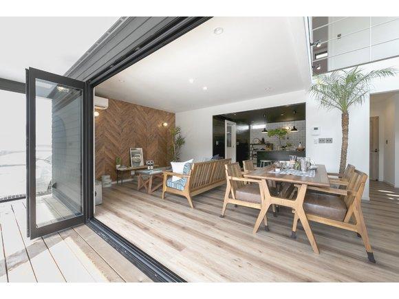 上越市初登場!《 ZERO-CUBE MALIBU 構造見学会》 カリフォルニアテイストを随所に盛り込んだこだわりのデザイン住宅! 加えて、LIXIL社のスーパーウォール工法を採用し、 断熱性・耐震性・気密性のより優れた住まいを実現!  今回は普段あまり見ることのない、建築途中の見学会です! 家を支える柱・梁などの構造部分と、実際にスーパーウォール工法が どのように施工されているかをご覧いただけます◎  フリー見学会ですが、ゆっくりご覧になりたい方は来場予約をおすすめしております。 お問合せは0120-775-266までご連絡ください。  皆さまのご来場、お待ちしております!  ※写真は完成予定イメージです。