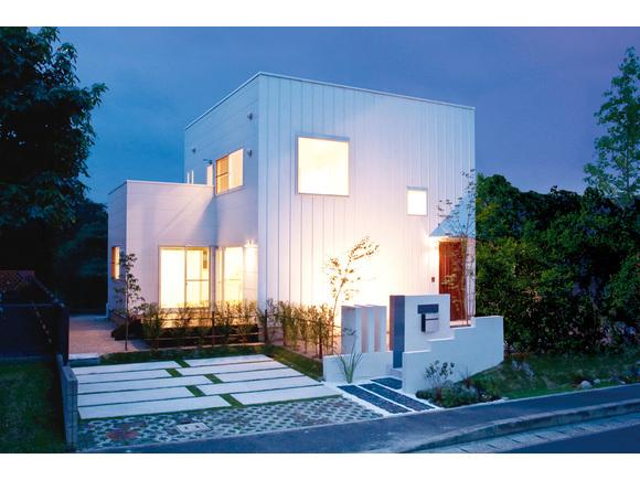 グットデザイン賞受賞のZERO CUBE + FUNの中でも一番人気のZERO CUBE+BOXを、建築設計関係で活躍するご夫婦がアレンジした、見どころ満載のゼロキューブが完成しました。一見の価値ある住宅に仕上がっています。又、皆様にゆっくり見学して頂く為、完全予約制とさせて頂いています。ご予約はWEB予約フォーム又は、お電話にて受け付けています。 *尚、使用している建物はイメージ画像になります。