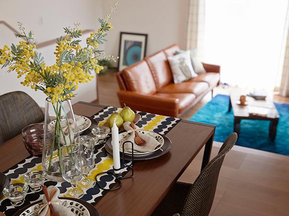 北欧風の可愛らしいお家が多治見市市之倉に建ちました。 暮らすことを考え抜いた空間設計が特徴の「HYVA AND STYLE」。 外からも出入りができる1階の土間スペースは家族の趣味を満喫するのにピッタリな空間。 2階には陽の光がよく入る、明るく広いリビング。スキップフロアでダイニング・キッチンと一体化しているので開放感ある空間が広がります。  家族が自然と繋がれるくつろぎの空間。 ぜひ実際にご覧になり、体感してみてください。  ※写真はイメージです。
