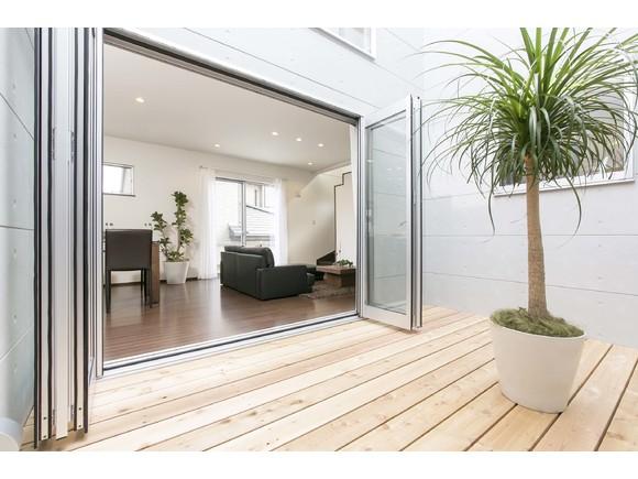 外観をコンクリート打ち放し風にして、印象的でより重厚なデザインに一新しています。リビングや和室、2F の居室に大きな窓を設けることにより、さらに明るく開放感がアップ。外から内からふり注ぐ陽光や風通しの良さに加え、窓からの眺めも楽しみたいというご要望にお応えしました。  また光庭もグンとワイドになって、植栽をライトアップ。  四季折々の暮らしを鮮やかに彩ることでしょう。   ※写真はイメージです