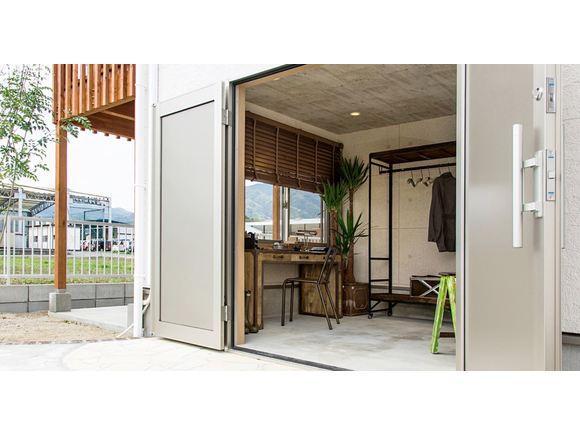 『STEPFLOOR』と『HYVA AND STYLE』、2棟同時の見学会を開催いたします!!  『STEPFLOOR』はお客様が住まわれるお引渡し前のお家です。よりリアルな家造りをご覧いただけます。 『HYVA AND STYLE』は今年7月にオープンしたモデルハウス!室内には家具なども設置しているので実際の生活のイメージを持ちながらご見学していただくことが出来ます。  一見全く違った家に見えますが、実は内装は似ている「STEPFLOOR」と「HYVA」。天井が高く開放感あるリビング、そして様々な楽しみ方が出来る土間スペース。この間取りの良さはそのままにZERO-CUBEらしいスタイリッシュさと可愛らしい北欧風の2つのタイプをご覧頂けます。  この2棟を同時にご見学いただけるチャンスはこの2日間のみ!! とても貴重なをこの機会をどうぞお見逃しなく♪ 皆様のお越しをお待ちしております。  ※ご希望の予約枠が埋まっている際も是非一度お問い合わせください。  お問い合わせフォーム、またはお電話にてお願い致します。  フリーダイヤル:0120-9674-26