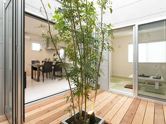 こんにちは! グッドリビング半田店です!  この度、お施主様のご厚意により完成現場見学会を開催いたします!  愛知県半田市にてご建築されました、  【ZERO-CUBE KAI ACT2 -COSTOM-】 をご覧いただけます!  四角いフォルムに小さな窓が整然と並ぶシンプルな外観!!  中庭からの光や風が通り、心地よい空間になります。  ぜひ一度ご覧になって体感してみて下さいね!   ご来場されたお客様にゆっくりと見学して頂けるように【完全予約制】となっております。  ぜひご都合の良い日にお越し下さい! 皆さまのご来場をスタッフ一同心よりお待ちしております♪  ※写真はイメージです。