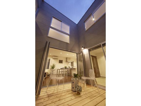 キューブ形の建物のまん中に庭をレイアウトし、家の中にいながらにして青空と星空を眺めることのできる「ZERO-CUBE KAI CUSTOM」。 この完全プライベート庭付き住宅の完成見学会を長崎市豊洋台2丁目にて開催します! なお、完全予約制となっておりますので、必ずご連絡のうえお越しいただきますようお願い致します。 みなさまのご来場を心よりお待ちしております。