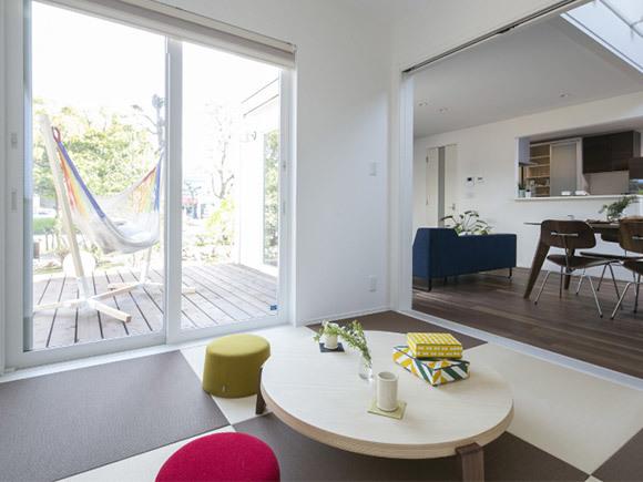 わたしたちにちょうどいい家。 1,000万円からはじまる、新しい家づくりのカタチができました。洗練されたシンプルな四角い家をベースに、「+FUN」のオプションであなただけのコダワリを追加していく、新しい発想のセミオーダー型のお家です。  客間として、子供のふれあいスペースとしても活用できる1部屋のスペースを実現。リビングからつながるウッドデッキスペースでは、家族でバーベキューを楽しめます。家族構成やライフスタイルに合わせてBOXをプラスしました。  -------------------  ご予約いただくことで、ゆっくりご見学頂けます。  3人のキッズを育て上げたベテランママがお子様をみておりますので、ご安心ください。  ※土日のみ開催、平日をご希望の場合はお電話でお問い合わせ下さい。  ※毎回すぐに満員となってしまいますので、ご希望の日時の10日ほど前にご予約されることをオススメいたします。  ▼下記からご希望のお時間をお選び下さい。  ①10:00~12:00  ②13:00~15:00  ③16:00~18:00