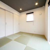 1階は、広く明るいリビングダイニングを中心に、対面式キッチン、バスルーム、トイレなどを1ヶ所に集中配置。 暮らしが楽しくなる充実した居住空間が生まれました。 そこに和室をBOXとしてプラス。 客間として、子供のふれあいスペースとしても活用できる空間を実現しました。 リビングからつながるウッドデッキスペースでは、休日に家族でバーベキューを楽しめます。  2階は、主寝室に加え、2つの子供部屋をご用意。 BOX部分には、開放感あふれる大型ルーフバルコニーを採用することで、快適な+αのプライベートゾーンが誕生しました。  ■■ 家族のくつろぎの場所、増えました。 ■■  和室やウッドデッキ、ルーフバルコニー。BOXをプラスしたら、家族の笑顔がまたひとつ、増えました。 キッチンからリビング、和室を見渡せる「ママ目線」のレイアウトが大好評です。  ■■ 独自の沖縄仕様 ■■  ZERO-CUBE+BOXを沖縄の環境に合わせた仕様にしております。台風・しろあり対策はもちろん、 2階にトイレとフリースペースを沖縄カスタムとして設置。住みやすい空間へと進化しています。  【注意】  住宅相談会をご希望の方は事前ご予約が必要となります。  水木は定休日となっております。あらかじめご了承ください。