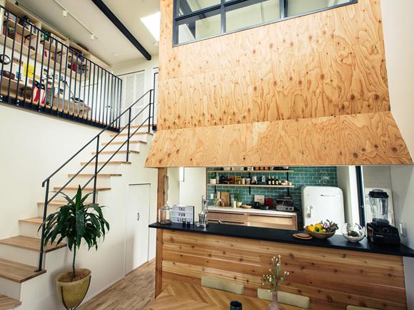 """わたしたちホーム&ベース一級建築士事務所が取扱っている住宅ブランド「LIFE LABEL」が、アパレルブランド「FREAK'S STORE」とつくった家が、鳥取県内に初お目見え!  【OUTLINE】 アメリカンローカルハウスの平屋をイメージした開放的なリビング、L字デッキで庭を囲むプランで、室内と室外の一体感を演出。大空間の吹き抜けで上下階の閉塞感をなくし、家族や仲間、自然とゆるやかなつながりを生み出す空間をデザインしている。  ・CHECK1[GARDEN]:ウッドデッキをリビング使い  ・CHECK2[KITCKEN]:ベランピングの準備もみんなで楽しめるキッチン  ・CHECK3[LIVING ROOM]:飾るのが楽しくなる味のあるウッドの壁  ・CHECK4[CLOSET]:お気に入りの服もたっぷり収納できる  今回、お施主様のご厚意により完成見学会を開催させていただきます。 一歩足を踏み入れた瞬間から感じる「ワクワク」する感覚・雰囲気をぜひご体感ください! スタッフ一同、心よりお待ちしておりますので、ご家族・ご友人とお誘いあわせの上、皆様是非ご来場ください!!  ---FREAK'S STORE--- FREAK'S STOREは、「アメリカの豊かさを日本に伝えたい」という想いからスタートしたセレクトショップ。1986年の創業以来、""""アメリカンライフスタイルの提案""""を軸に、洋服、生活雑貨、インテリアなど、自分たちが本当に「良い」と思えるものを、提案している。"""