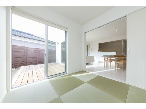 ◎「ZERO‐CUBE+BOX」 「わたしたちにちょうどいい家。」 1,000万円からはじまる、新しい家づくりのカタチができました。洗練されたシンプルな四角い家をベースに、「+FUN」のオプションであなただけのコダワリを追加していく、新しい発想のセミオーダー型デザイン住宅です。 素材感を追求した上質な玄関ホール、リビングには大開口の窓、2階は開放感あふれる大型ルーフバルコニーを採用しました。 全9区画の当社分譲地内に建っておりますので、販売中の区画もご覧いただけます。 お気軽にお越しください(*^^*) 詳細はこちらのリンクから https://00m.in/phSGh