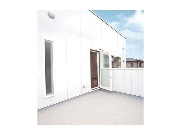 私たちにちょうどいい家 1,000万円からはじまる、新しい家づくりのカタチ  今回ご案内するのは「ZERO-CUBE+BOX」!  「ZERO-CUBE+FUN」シリーズは洗練されたシンプルな四角いお家 「ZERO-CUBE」をベースに 「+FUN」のオプションであなただけの コダワリを 追加していく、新発想のセミオーダー型デザイン住宅です。  今回ご案内する「+BOX」はZERO-CUBEに和室&6帖バルコニーを 追加した4LDKのお家。 吹抜けにより自然の陽射しを感じれる広々 明るい空間を体感できます!  キッチンからお風呂までなんとたったの3歩♪  お料理をしながらお洗濯、お風呂の確認が出来る間取りなので家事効率もUPします✨   シンプルだからこそ自分の好みにカスタムできる ZERO-CUBEの良さを体感してみてください✨ お家づくりのイメージがきっと広がりますよ♪  ここにしかない特別なZERO-CUBE+BOXを見れるのは今だけ✨  見学はもちろん、家づくりを考え始められたばかりのお客様も大歓迎! お家のことは勿論、土地や予算の事など1人ひとりのお悩みに沿ったご相談も承ります! ゆっくり見学していただけるよう、キッズスペースも完備!! 是非お気軽にご来場くださいませ^^  ※マスクのご着用をご協力お願いいたします。 ※お申し込みいただいた後に弊社より確認のお電話をさせていただき、ご予約完了となりますのでご了承ください。  ※予約状況により、当日はスムーズなご案内が難しい場合もございます。8/21(金)までのご予約をお願いします。